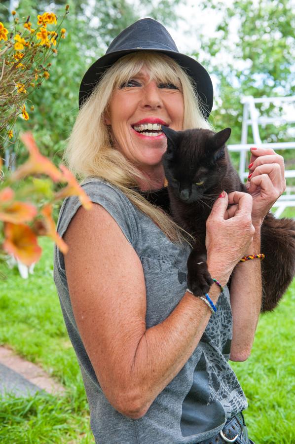 Anja van der Laan begon jaren geleden met de kattenopvang. Sindsdien zijn er veel verwilderde katten bij gekomen.