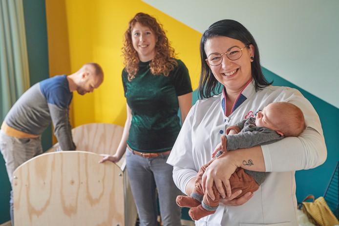 v.l.n.r. Vader Johnny Tielemans, Moeder Inge Habraken, Kraamverzorgster Laura Geenen met de baby Diem Tielemans Fotograaf: Van Assendelft