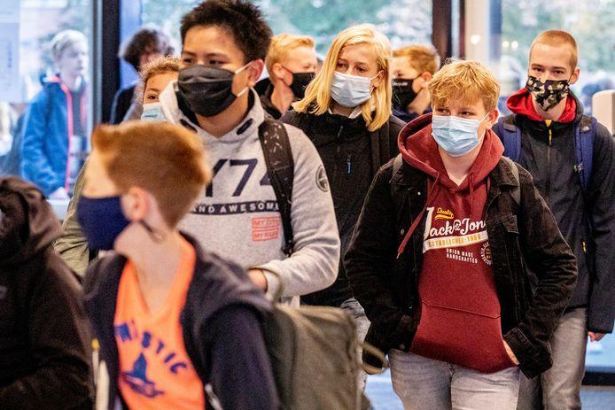 Leerlingen van het Farel College in Amersfoort zijn verplicht om in de gangen van de school een mondkapje te dragen.