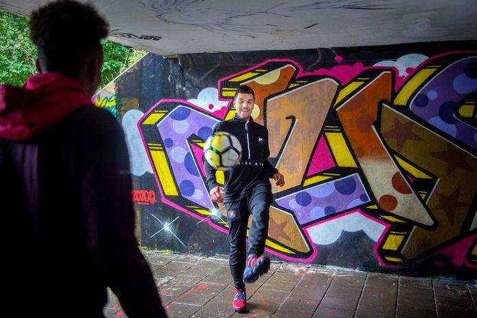 Wijchense voetballer Joël Piroe speelt bij PSV en trapt graag een balletje met zijn vrienden.
