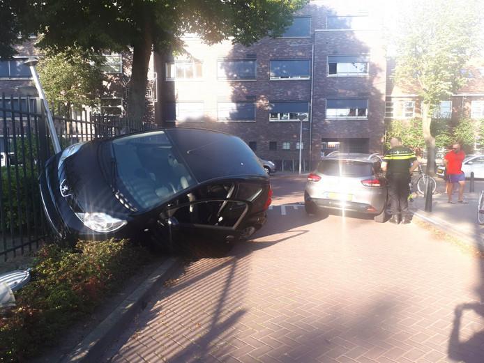 De auto kwam in het hek terecht.
