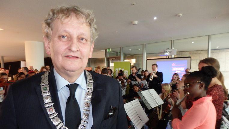Burgemeester Eberhard van der Laan: 'Er zit barre, barre onzin bij, maar ook geniale ideeën.' Op de achtergrond speelt het Leerorkest Happy. Beeld Schuim
