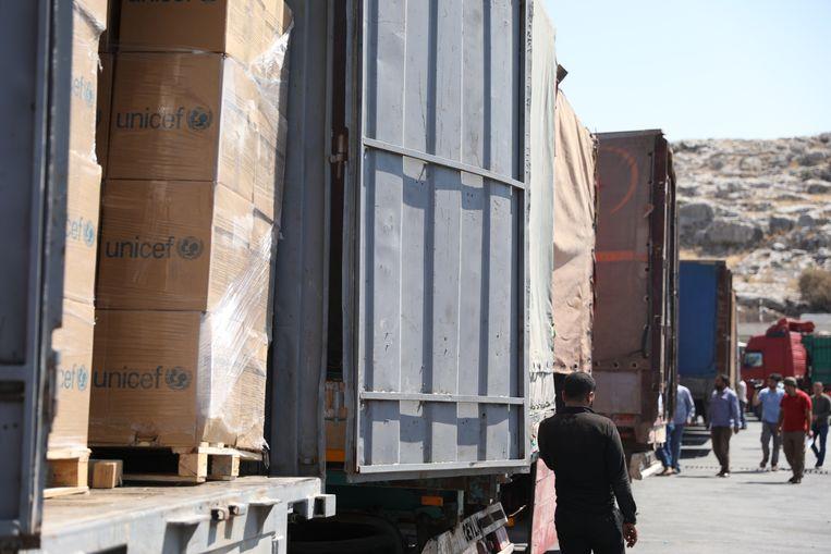 Een transport met humanitaire hulp bij de Syrische grenspost Bab al-Hawa op de grens met Turkije. Beeld EPA