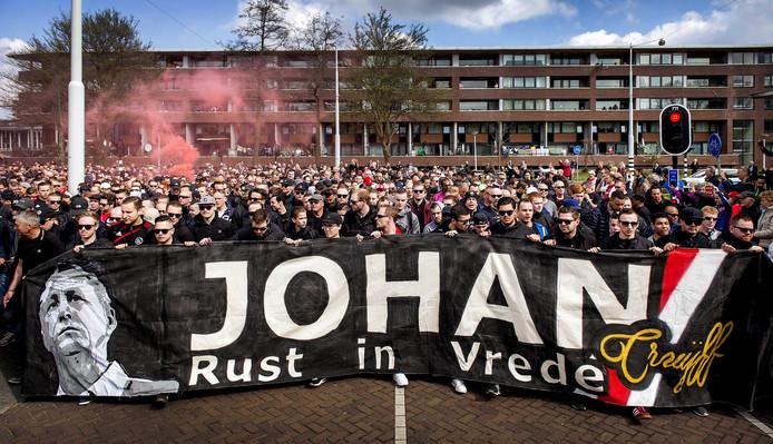 Duizenden supporters op weg naar de plek van het oude stadion De Meer na het overlijden van Johan Cruijff, 3 april 2016.