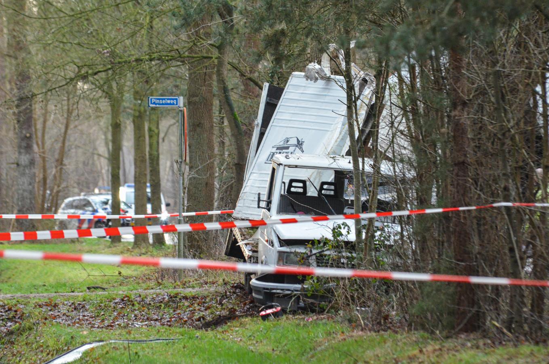 De vrachtwagen botste door nog onbekende oorzaak tegen een boom.