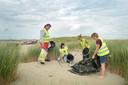 Erik de Vries, dochter Stacey, Tatjana Kooman en Angelica Postma halen blik uit de duinen bij Scharendijke.