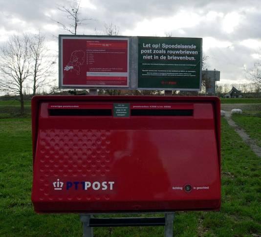 Het aantal brievenbussen wordt teruggebracht van 19.000 naar ongeveer de helft. PostNL zegt dit in overleg met ouderenorganisaties en dorpsgemeenschappen te doen.