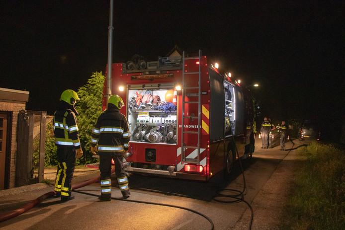 De brandweer op de dijk bij Poederoijen.
