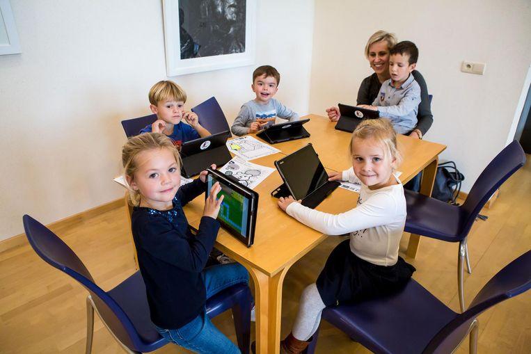 De kinderen leerden in de bib onder meer hoe een tablet werkt.