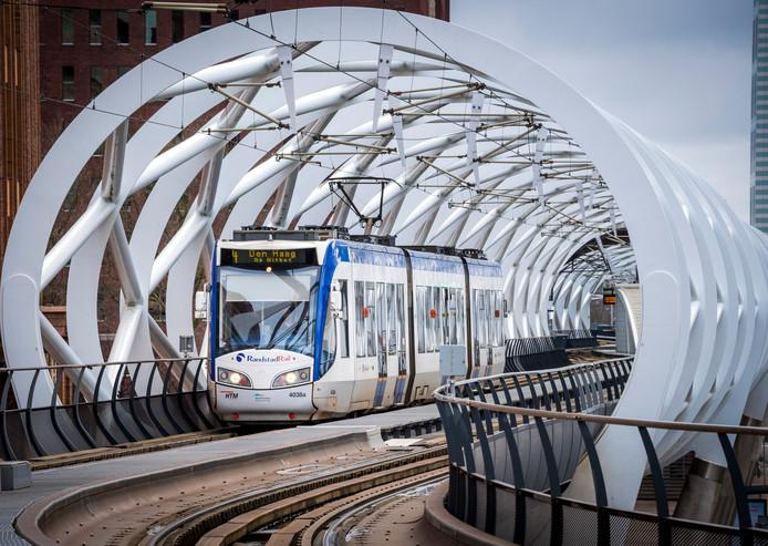Een tram op het spoor van de Randstadrail.