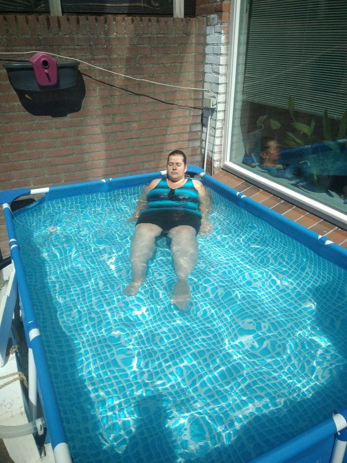 Jessica Roes in het zwembad.