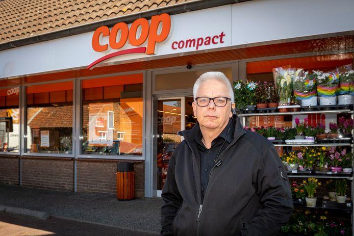 """Marcel Heijboer van de Coop-supermarkt in Huijbergen betreurt de overval waarbij dinsdagavond een kassamedewerker van 16 jaar een mes op de keel kreeg. ,,Vreselijk triest voor hem, hij had zijn baantje bij ons nog maar net."""""""