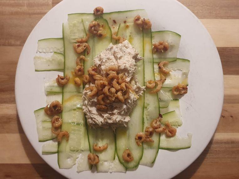 Makreelsalade met garnaaltjes en komkommer. Beeld Marcus Huibers