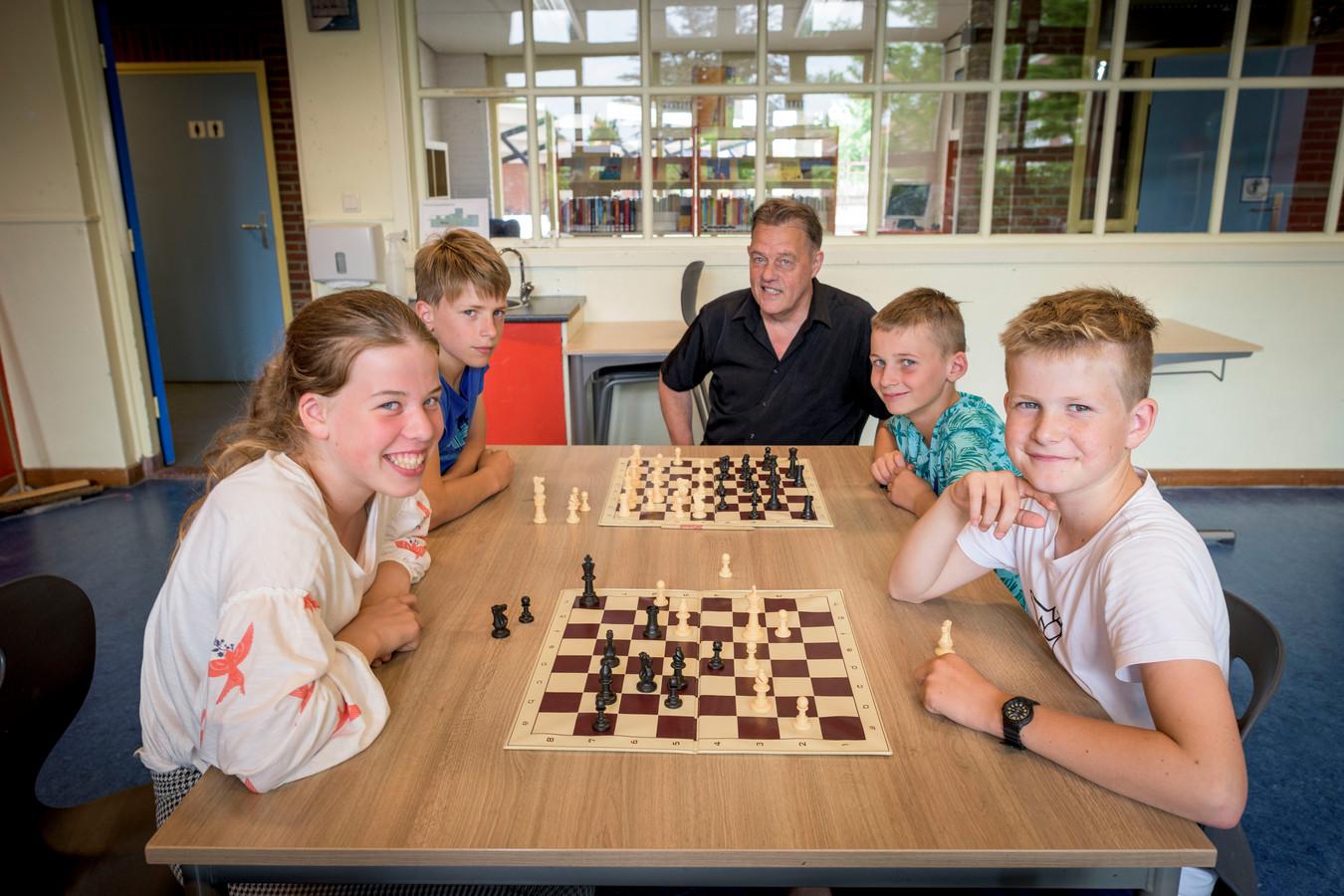 Van linksaf: Charlotte Harmsen, Felix Temmink, Bob Faber (schaakleider), Torben Heetkamp en Tiemen Ekkel. Zij doen mee aan het Nederlands kampioenschap schaken voor basisscholen.