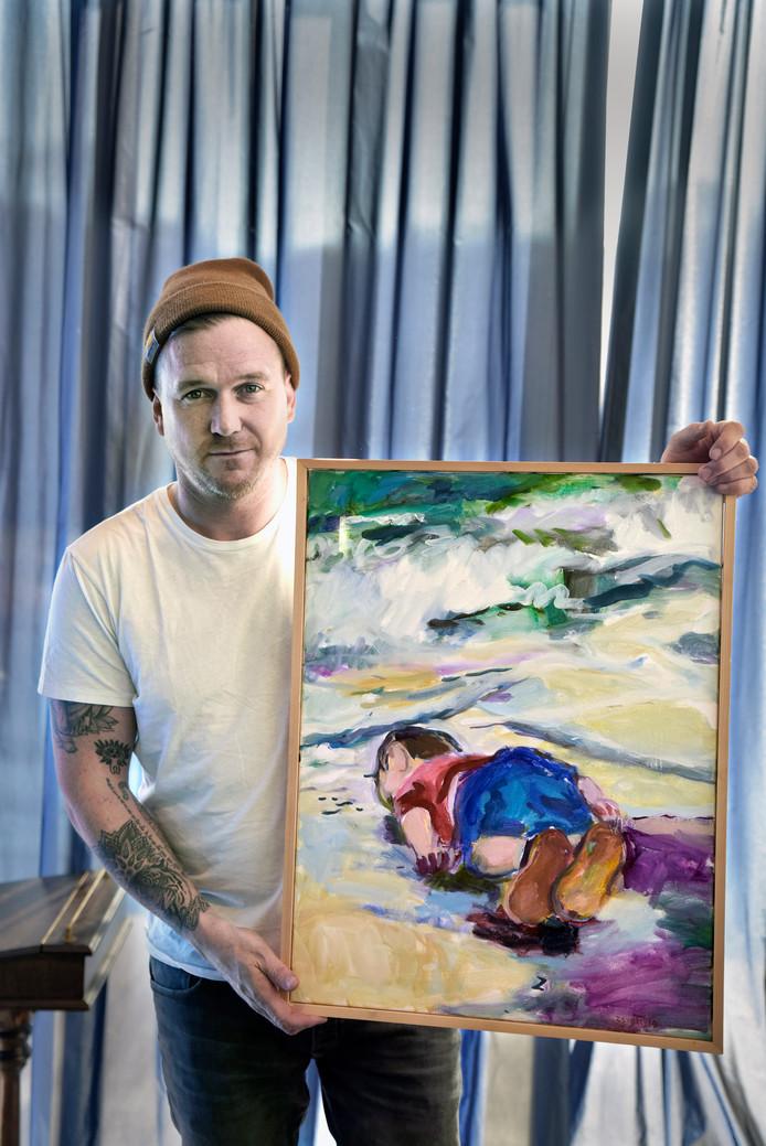 De Mol met het schilderij van Frank Tarenskeen.