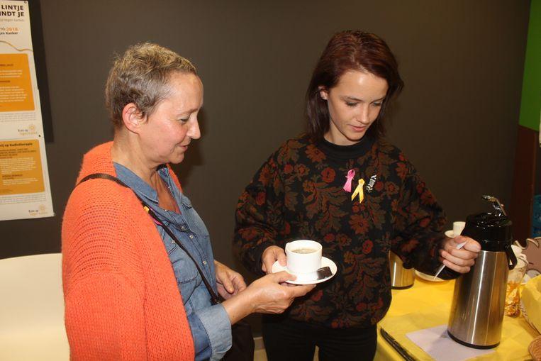 Lynn Van Royen schenkt een kopje koffie uit op de dienst Oncologie.