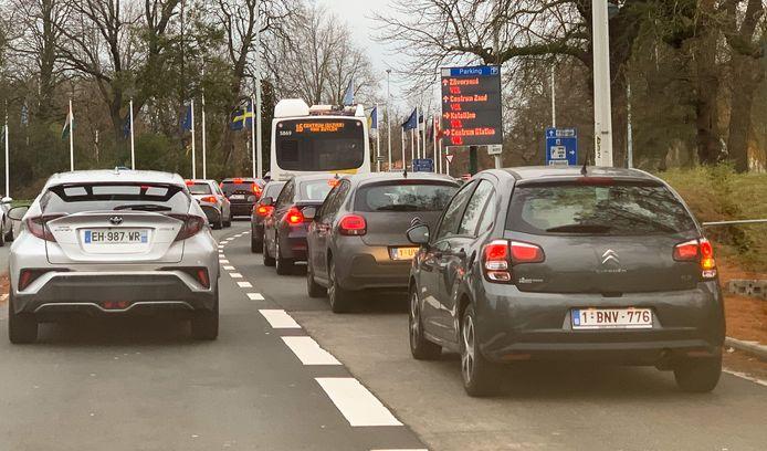 Aanschuiven richting de parkings, die wel al vol staan.