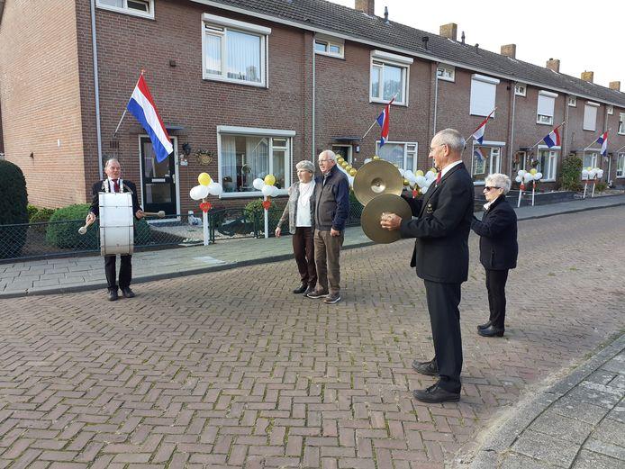 Huub en Sjan van Seters uit Waspik zijn 50 jaar getrouwd en werden verrast door een aaneenschakeling van aubades door de Waspikse harmonie.