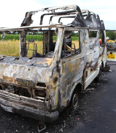 Camper brandt volledig uit op A58 bij Oirschot, weg weer vrij richting Eindhoven