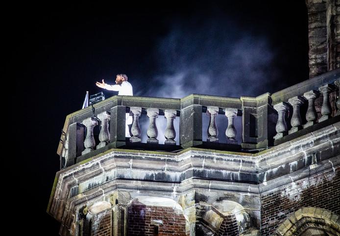 Edwin Jonker sloot The Passion af bovenop de Grote Kerk. Hij zong daar 'Je bent niet alleen'.