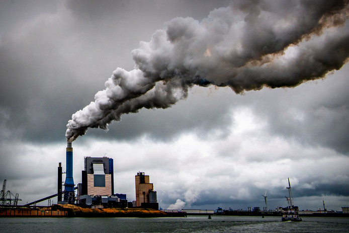Affakkelen in de Rotterdamse haven. Volgens het klimaatrapport van de VN moet de CO2-uitstoot in 2030 45 procent minder zijn dan in 2010.