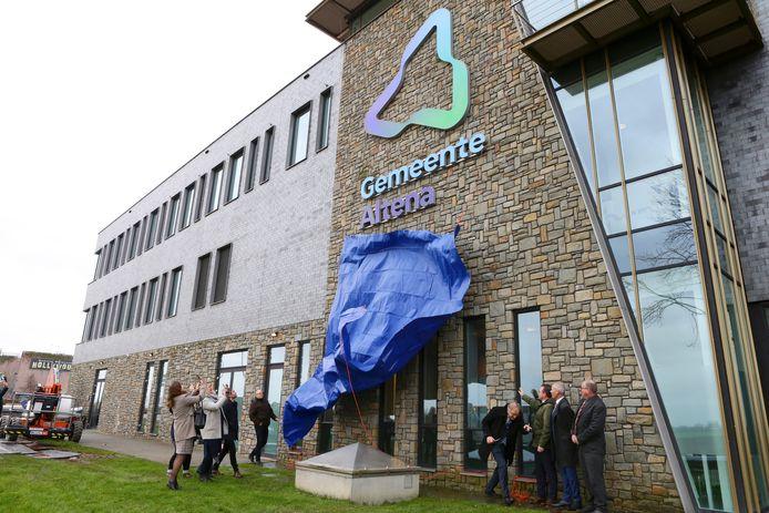 onthulling van het logo van Altena op het nieuwe gemeentehuis het voormalige rabobank gebouw[foto ricardo smit].