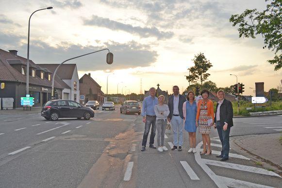 Enkele leden van het schepencollege bij collega-politici van oppositiepartij N-VA op het bewuste kruispunt