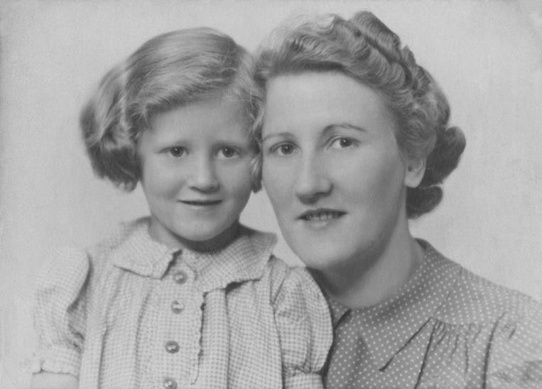 Hedy d'Ancona met haar moeder. Beeld