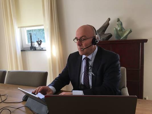 Burgemeester Kees van Rooij van Meierijstad bestuurt vanuit zijn woonkamer in Horst aan de Maas zijn gemeente tijdens de coronacrisis.