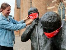 Standbeelden in Vijfheerenlanden voorzien van mondkapjes als 'herinnering aan coronaregels'