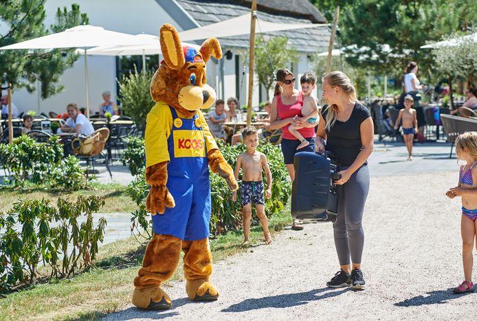 Koos Konijn, de Roompot-mascotte in Schaijk, begeleid door Esmee Dappers  met muziekbox.