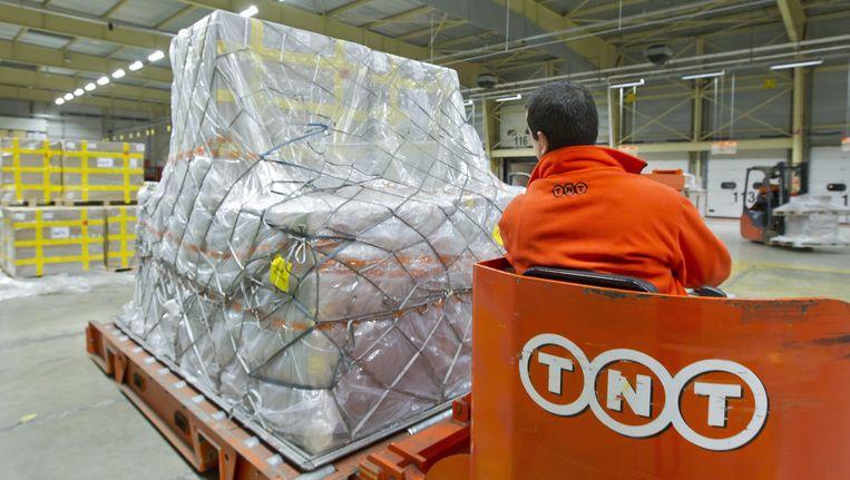 Een TNT-medewerker in een Nederlandse vestiging. Beeld Nederlandse Freelancers