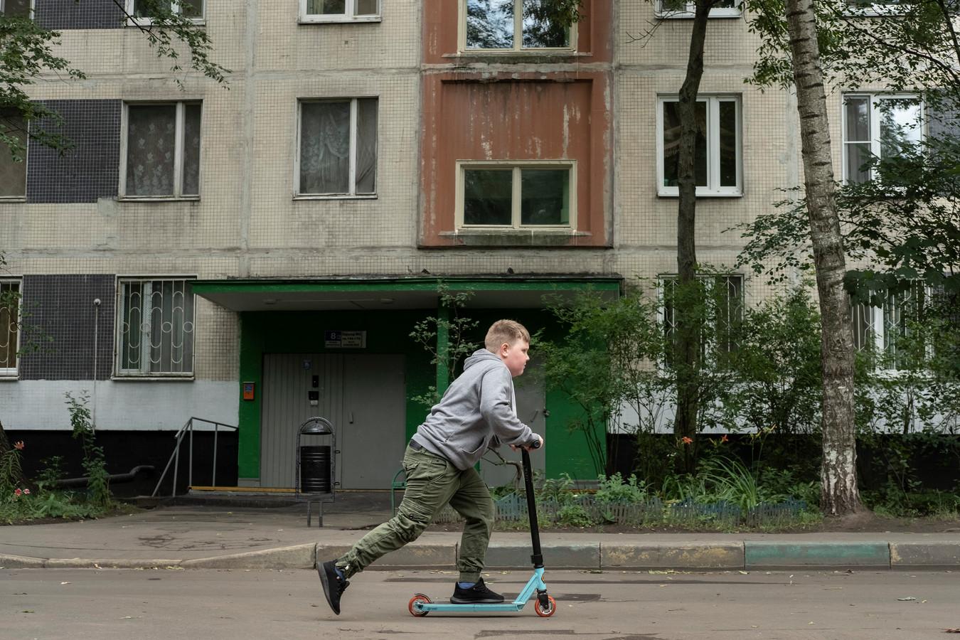 Jongetje rijdt op een step buiten bij het flatgebouw waar Girkin een tijdje heeft gewoond