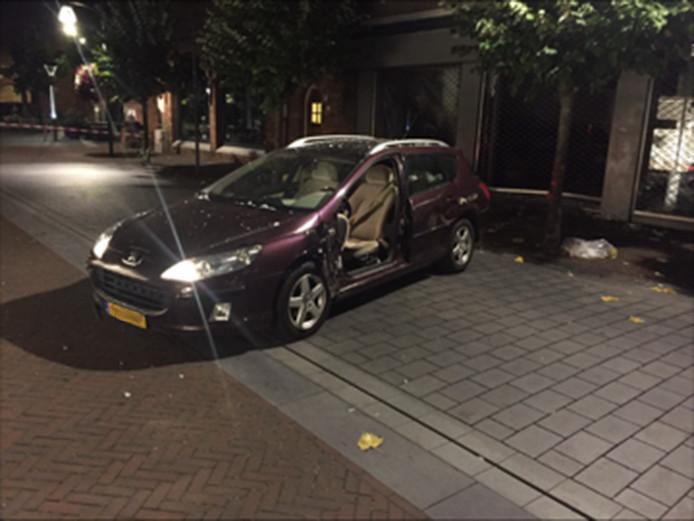De auto waarmee de ramkraak werd gepleegd.