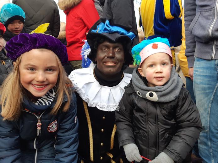 Ravi en Caitlin gingen in Sliedrecht op de foto met Zwarte Piet.