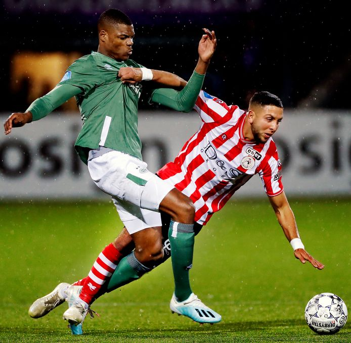 Denzel Dumfries in duel met Mohamed Rayhi