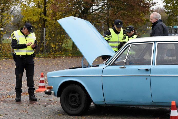 Politiecontrole op de parkeerplaats Waardsedijk.