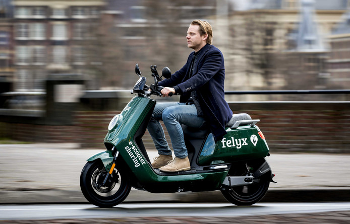 Een Felyx-scooter in Den Haag.