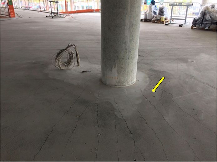 Op foto's gemaakt tijdens de bouw van de parkeergarage op Eindhoven Airport zijn de scheuren en plassen goed te zien. Het hadden duidelijke aanwijzingen kunnen zijn dat het gebouw kon gaan bezwijken.