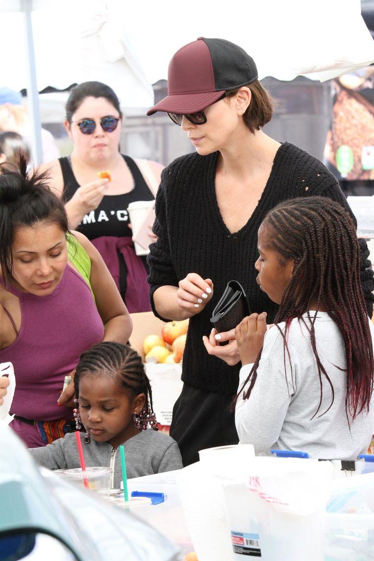 Charlize Theron met Jackson (rechts) en August.