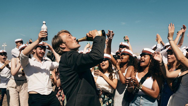Mads Mikkelsen aan de drank in 'Drunk'.