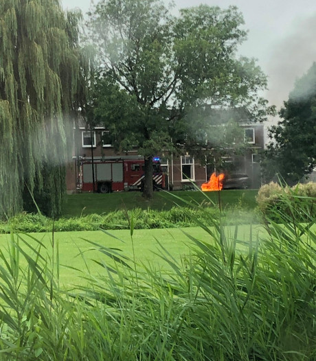 Auto vliegt in brand naast woning in Culemborg