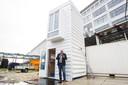 Bas Luiting van The Circular Building bij één van de verticaal gebruikte containers waarmee hij een studentenwoning wil ontwerpen.