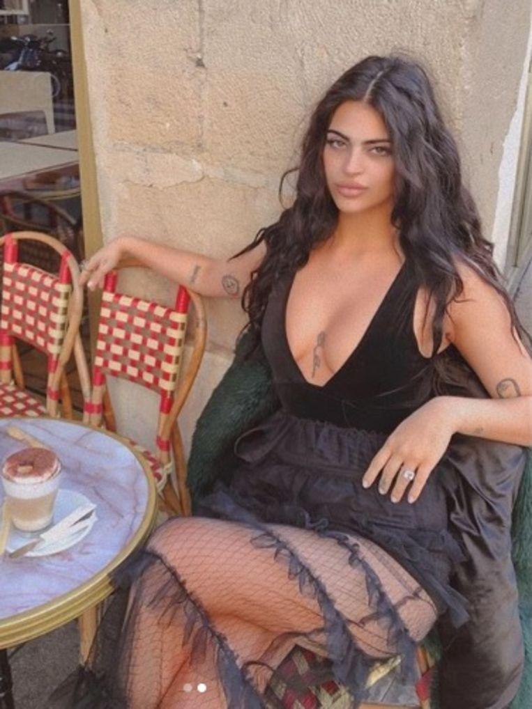 Met deze outfit mocht Newsha Syeah het Louvre niet in.