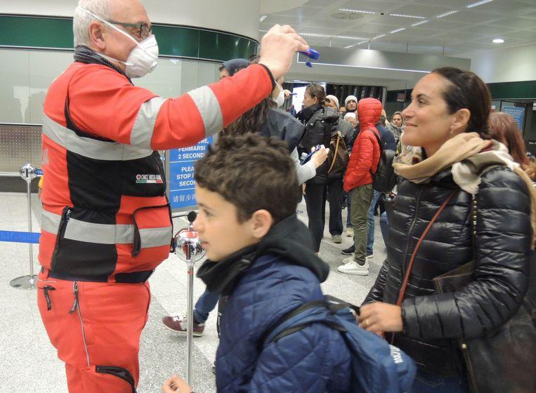 Op de luchthaven van Milaan worden reizigers gecheckt in de strijd tegen de verspreiding van Covid-19.