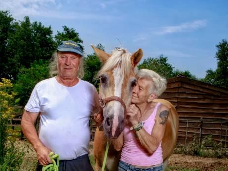 Ad en Gerda, de parelhoenders van Oisterwijk, mogen tot de laatste snik op hun veestapel blijven zitten
