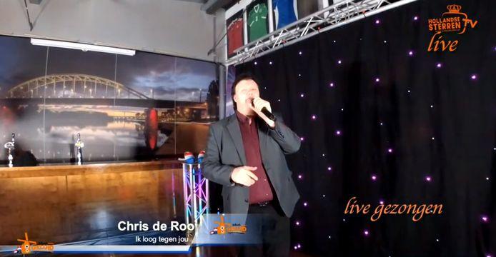 Chris de Roo was dankzij ingrijpen van handhavers de laatste die zong bij de live uitzending met artiesten vanuit de tot studio omgebouwde kantine van Arnhemse Boys.