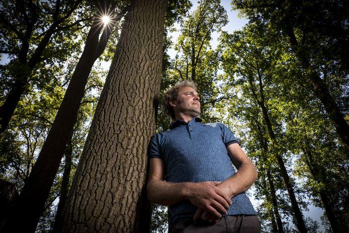 Frans Zanderink verwacht dat op zijn bosperceel langs de Dinkel in 2022 de schop de grond in kan voor het eerste graf op de natuurbegraafplaats die daar verrijst.