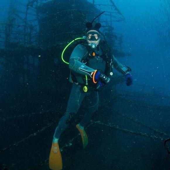 John Bolle in actie tijdens een van zijn duiken. Hij had er meer dan 7.000 in zijn logboek staan.