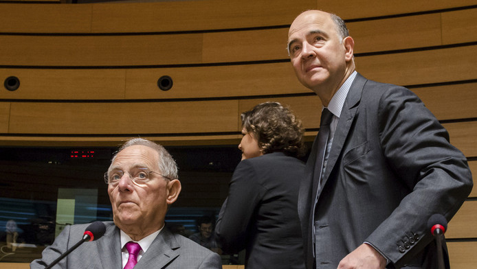 Pierre Moscovici, ministre français des Finances et son homologue allemand Wolfgang Schauble (assis).